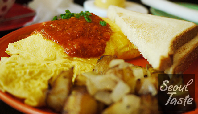 Denver Omelet (12000원): Ham, cheddar, peppers and onions, topped with salsa.