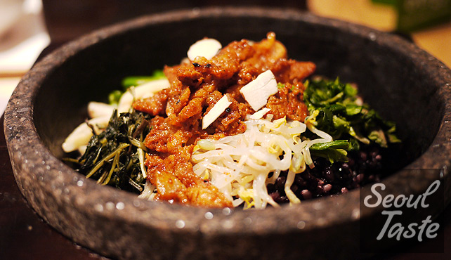 돌솥비빔밥 (8000원) with 제육불고기 (1000원, spicy pork) topping on wild black rice.