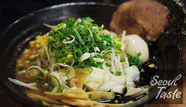 돈코츠 미소라멘 (M, 7000원) with vegetable topping (1000원)
